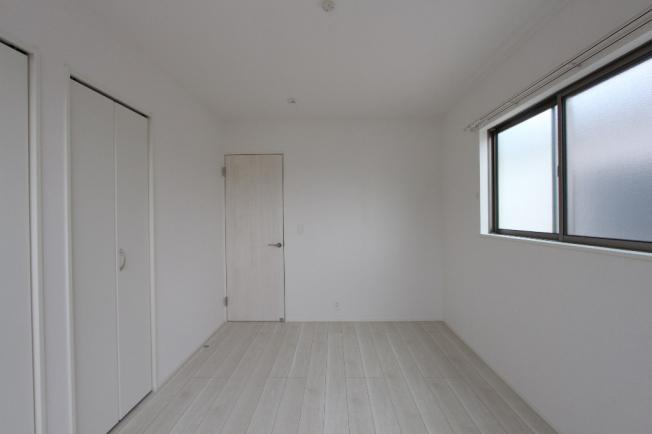 2階洋室はすべて2面採光なので、家族全員のプライベートタイムを明るく演出します。各部屋6帖以上の大きさで、ゆとりのある空間が広がります。