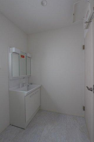 収納スペースが豊富の独立洗面台は、使い勝手が良くすっきりした空間に。大きな洗面台はちょっと汚れた服を洗う際や、バケツを使用した掃除の際にはとても便利。