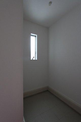 玄関にはちょっとしたものを置けるスペースがございます。ベビーカーやアウトドアグッズなども◎