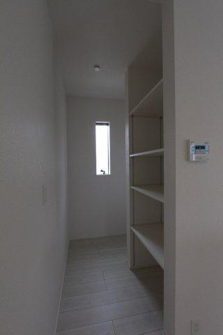 キッチン横に使いやすいパントリー付き。貯蔵庫としてや、かさばるカトラリーを収納したり、いろいろな用途に使えますよ。