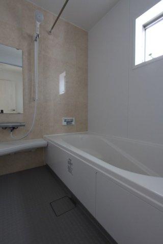 身体を癒す広々とした浴室は、浴室換気乾燥機が設備、カビを防ぎ、冬は寒い日に温めておく事もできます。