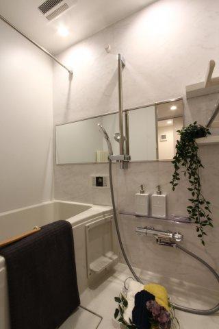 入浴時間を気にせずにゆっくりとくつろげる追炊き機能つき。 浴室乾燥機も標準装備なので、カビや水垢予防になり清潔な浴室を保ちます。