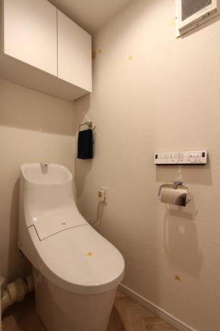 吊戸棚付きで掃除道具やトイレットペーパーなどもすっきり収納出来ます。 温水洗浄便座に新規交換さてれおり、快適・清潔にご利用いただけます。