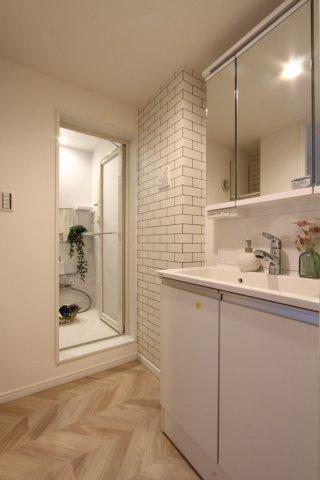 機能性のある3面鏡洗面台が標準装備。身支度もスムーズに行えます。 レンガ調の壁紙で素敵な洗面所を演出!とってもお洒落です◎