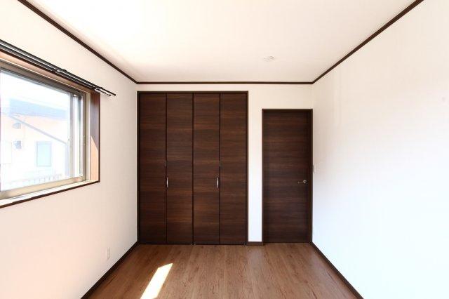 子供部屋や趣味部屋、在宅ワークと多彩にご利用いただける4LDK◎全居室収納完備されたご家族それぞれの荷物が部屋ごとに片付く収納豊富な間取りございます!2面採光の陽当り風通し良好の室内♪