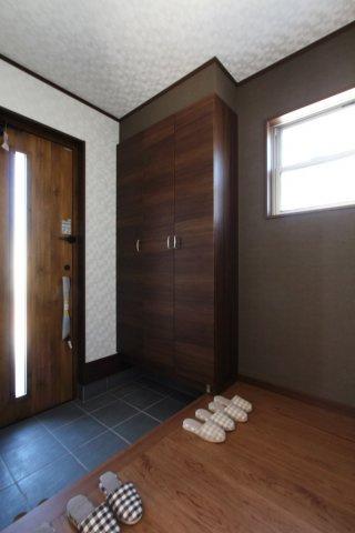 大きなシューズボックスが備わっており、ご家族の靴もスッキリ片付き綺麗な玄関を保つことができます!並んで脱ぎ履きができる広々とした玄関スペース◎窓付きの玄関は光が差し込み明るい室内を演出してくれます♪