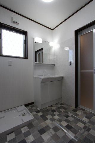 髪の毛のセットや身支度に便利な三面鏡◆鏡裏や洗面下と収納力も高い洗面化粧台です!リビングに隣接されているため、お風呂上がり寒い冬でも廊下を通らず暖かな室内へ行けますよ◎