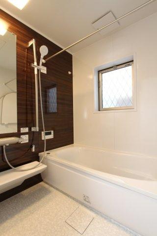 広いバスタブは、ゆったり浸かれ毎日の疲れを癒してくれる時間♪短時間で適温にでき、常に快適な入浴ができる追い炊き給湯でのんびりとご入浴いただけます。