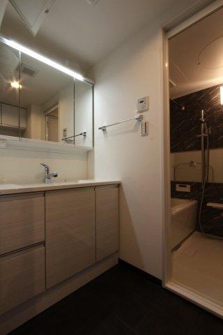 浴室に隣接する洗面室には大きな鏡のシャワータイプの洗面台を設置◎鏡裏部分も収納になっているので、細々したケア用品もスッキリ片付きますよ。 暮らし心地の良さを感じられる、こだわりの詰まったお住まいです。