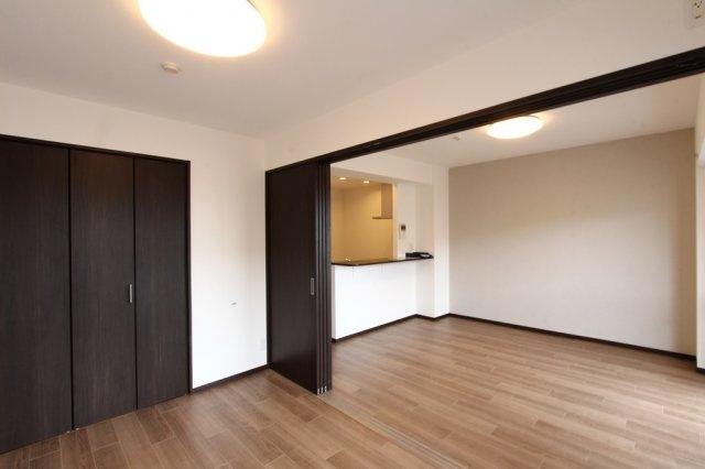 リビングと一体利用もしやすい約6帖の洋室は開閉も楽々な引き戸タイプ◎開放すれば約17帖の大空間が広がります。来客時や、お部屋を広く使いたい場合のレイアウトもフレキシブルに変えられるので便利ですよ。