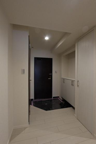 収納スペース豊富なシューズボックス。カウンター付きでお好きな小物や写真、鍵などを置けて便利ですね◎いつでも家族や来客を気持ちよく迎え入れられる空間です。