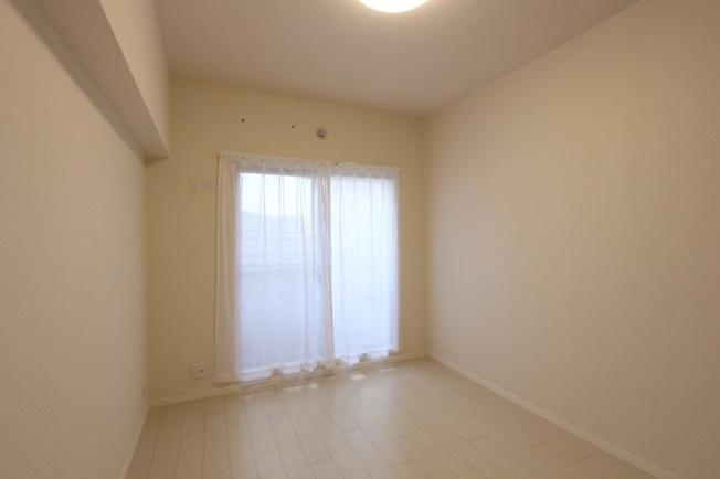 バルコニーに繋がる窓からの陽光が心地良い、白を基調とした洋室。落ち着いたプライベートの時間を過ごせそうですね。フローリング貼替や天井クロスも貼替済みです。