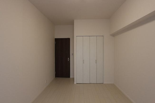 ゆったりとした落ち着くプライベート空間。衣類などすっきりと収納できるクローゼットが付いています。全室クローゼット付きで収納スペースも安心のおうち。