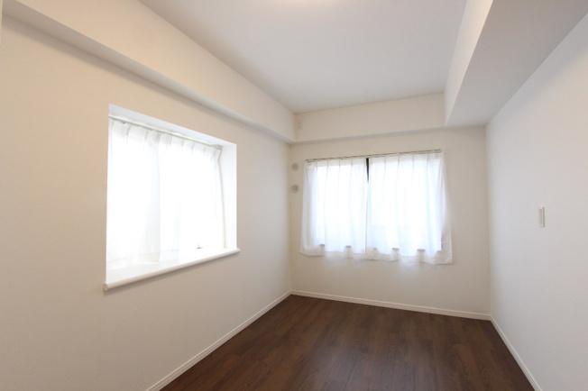 洋室はサービスルームを含め3部屋ございます。  各部屋に収納がございますので、使い勝手の良い間取りです。
