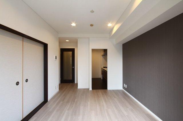 11帖のLDKに隣接した6帖の和室がございます。  開放可能ですので、広々した空間としてもご使用可能です。