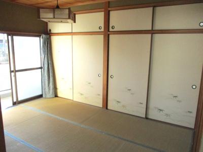 2階南側和室。大容量の2面押し入れ。
