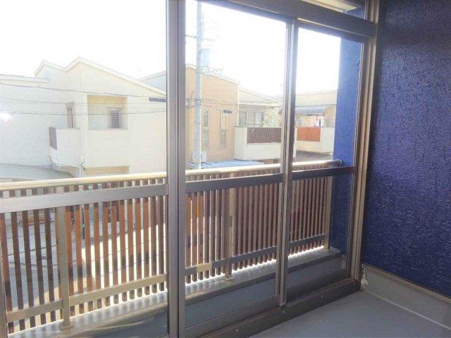 【2階:洋室6.5帖】から出入りできる、南面バルコニーはサンルーム仕様☆窓付きです☆雨の日も花粉の時期も安心ですね♪