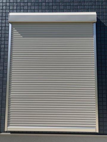 台風などの飛来物から窓を守ったり、風の揺れの音も軽減。他にも防音、防犯、遮光・遮熱効果もあります。