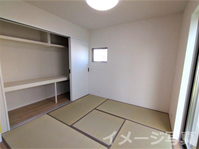 リビング隣和室。客間としてはもちろん、お子様のお昼寝や遊びスペースとしても最適です♪