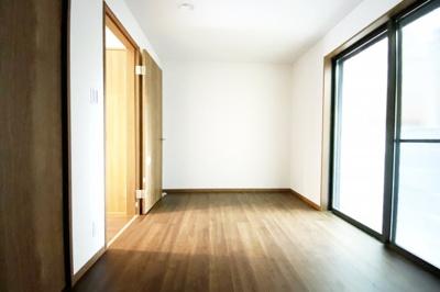 《洋室5.5帖》1階のお部屋は掃き出し窓があり明るい空間です。