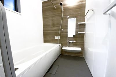 浴室暖房乾燥機付きのお風呂は、雨の日の乾かなかった洗濯物でもその日のうちに乾かせます。奥様の強い味方。