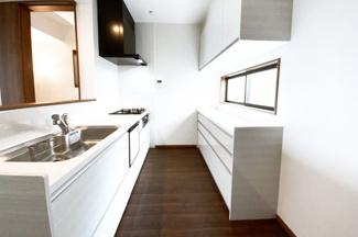 カップボード付きのキッチンで収納はたっぷり!炊飯器やポットなどがすぐに置けますね。