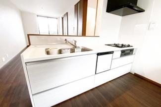 システムキッチンは対面式でリビングでくつろぐご家族を見守りながら食事の支度が出来ます。食器洗浄乾燥機も付いているので大変便利です。
