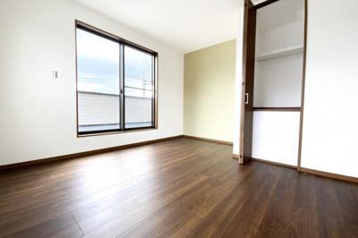 《洋室7.2帖》南側の明るいお部屋にはバルコニーもあります。
