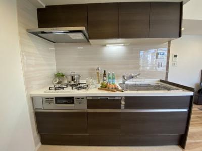 独立キッチン システムキッチン 3口コンロ 食洗機・浄水器付き カップボードあり