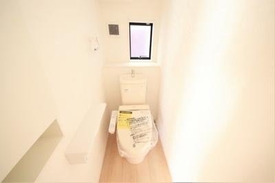 小窓付きの明るいトイレ。コンパクトでお掃除もラクラクです♬
