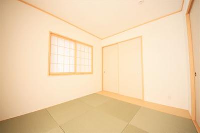 明るい印象のある和室。落ち着いたひとときを過ごすのに最適な場所です。