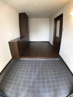 玄関の写真です♪ 玄関スペースは2世帯住宅という事もありかなり広いスペースとなっております♪ 新たにシューズボックスを置いてもいいかもしれませんね♪