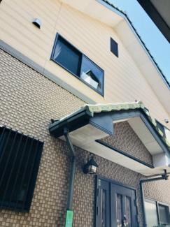 効率的な家事導線を考えた設計になっており、各所に収納が豊富に付いています。ご家族揃ってゆったりくつろげる20帖の広々LDKは天井高2.5mの折り上げ天井になっているので開放的な空間になっています。