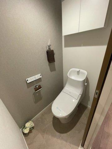 白基調の明るいトイレ