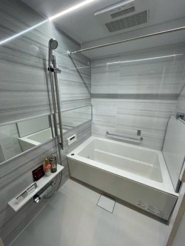白基調の明るいお風呂。右側に浴槽なのでお風呂のお湯をくみやすいです。