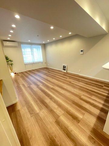 南東向きなので明るい室内!!17.3帖と本当にゆとりある設計です。 ダイニングテーブル、3人掛けソファ置けます!!