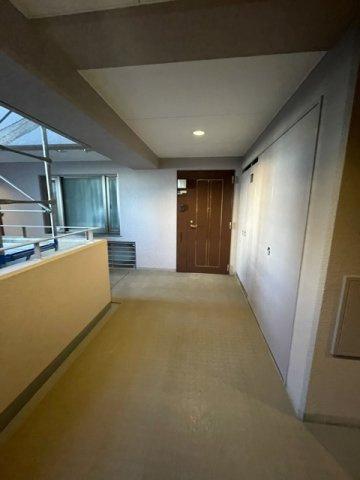 お部屋の玄関になります。 廊下が広く作られており、車いすがらくらく通れる幅です。