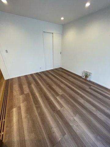 7帖の洋室。バルコニーへのアクセスはこちらから。 本当に明るいお部屋です。