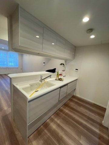 白を基調のキッチン。収納豊富!!一つ一つ計算されて作られているのでプラスで収納ボックスはいらないと思います!!
