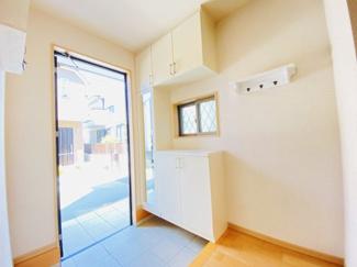 千葉市稲毛区小仲台 中古一戸建て 稲毛駅 シューズボックスが付いており、すっきりとした玄関です!