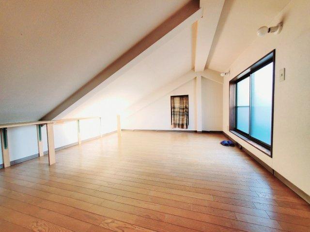 【屋上:洋室】ルーフバルコニーに面したお部屋です☆