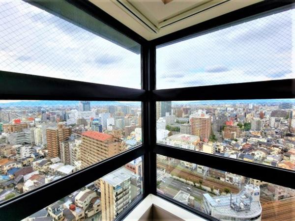 【居間・リビング】窓が多く採光が多く入る物件です!