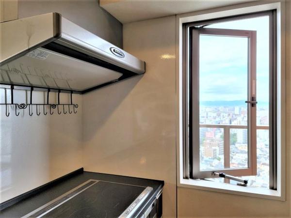 【キッチン】カウンターキッチンでお部屋を見渡しながらお料理が可能!キッチンには窓もあり換気もできて◎