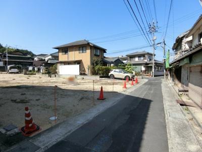 前面道路は幅員約3.2m。時間指定の一方通行になります(7時~9時、一方通行)