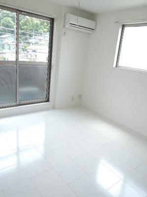 「明るい色合いの床材を使用した綺麗なお部屋です。」
