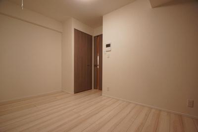 「明るい色の床材を使用したお部屋です」