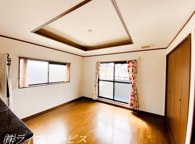 3階西側洋室/広々8帖!窓が2面あって開放的です!