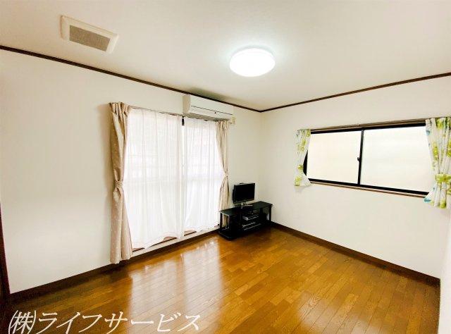 3階東側洋室/6帖・西側の洋室と同様に窓が2面ございます