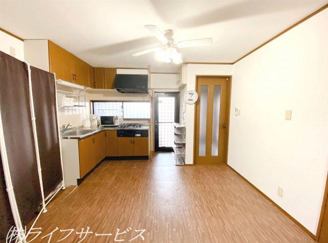 1階/ダイニングキッチン/キッチンはL字型のシステムキッチンです