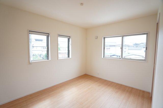 【同仕様施工例】2階8帖 バルコニーがあるお部屋です。大きな窓から明るい光が差し込みます。